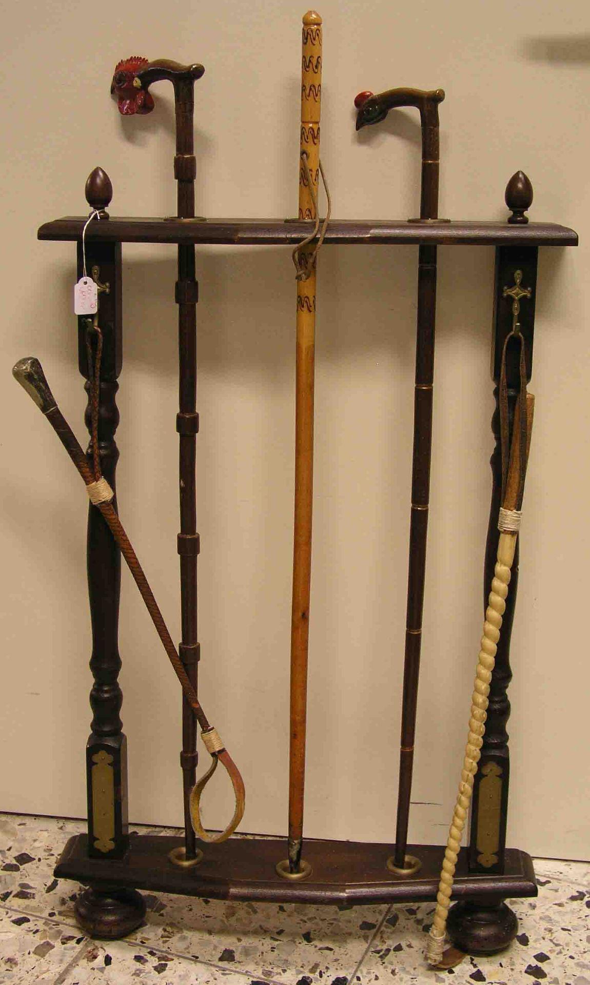 Holzständer mit drei Gehstöcken und