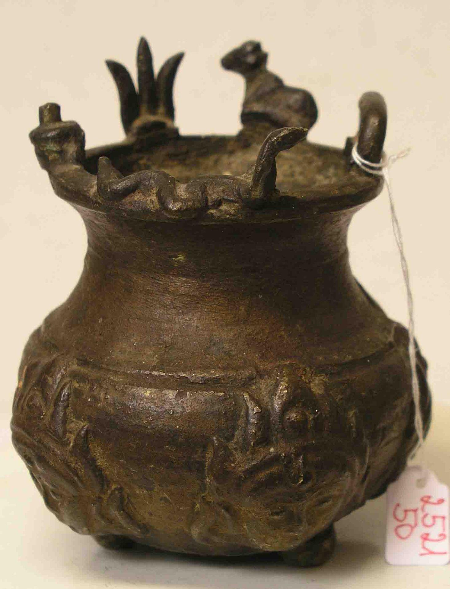 Tibetanisches Ritualgefäß. Messing.