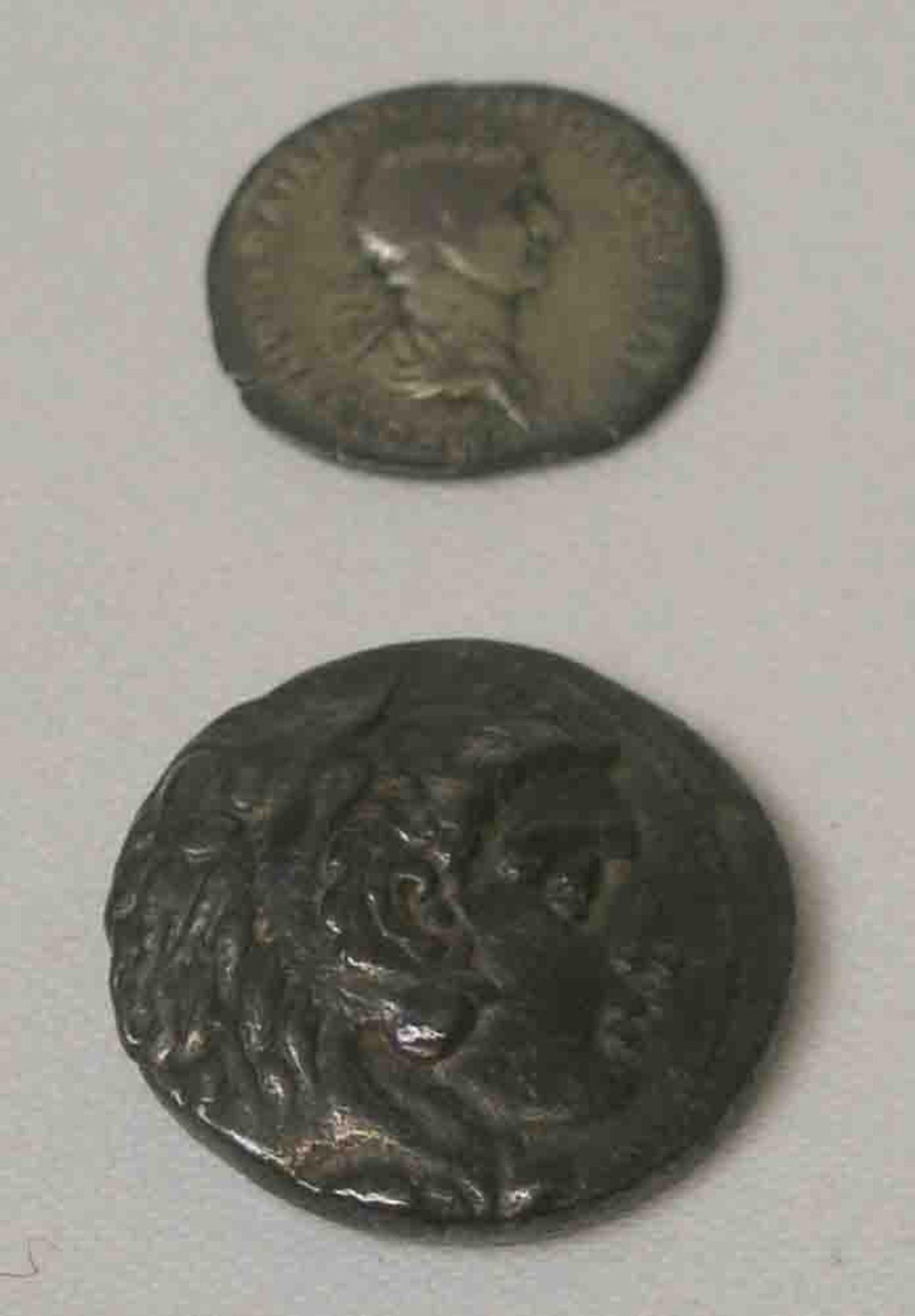 Zwei antike Münzen: Kaiser Trajan (98