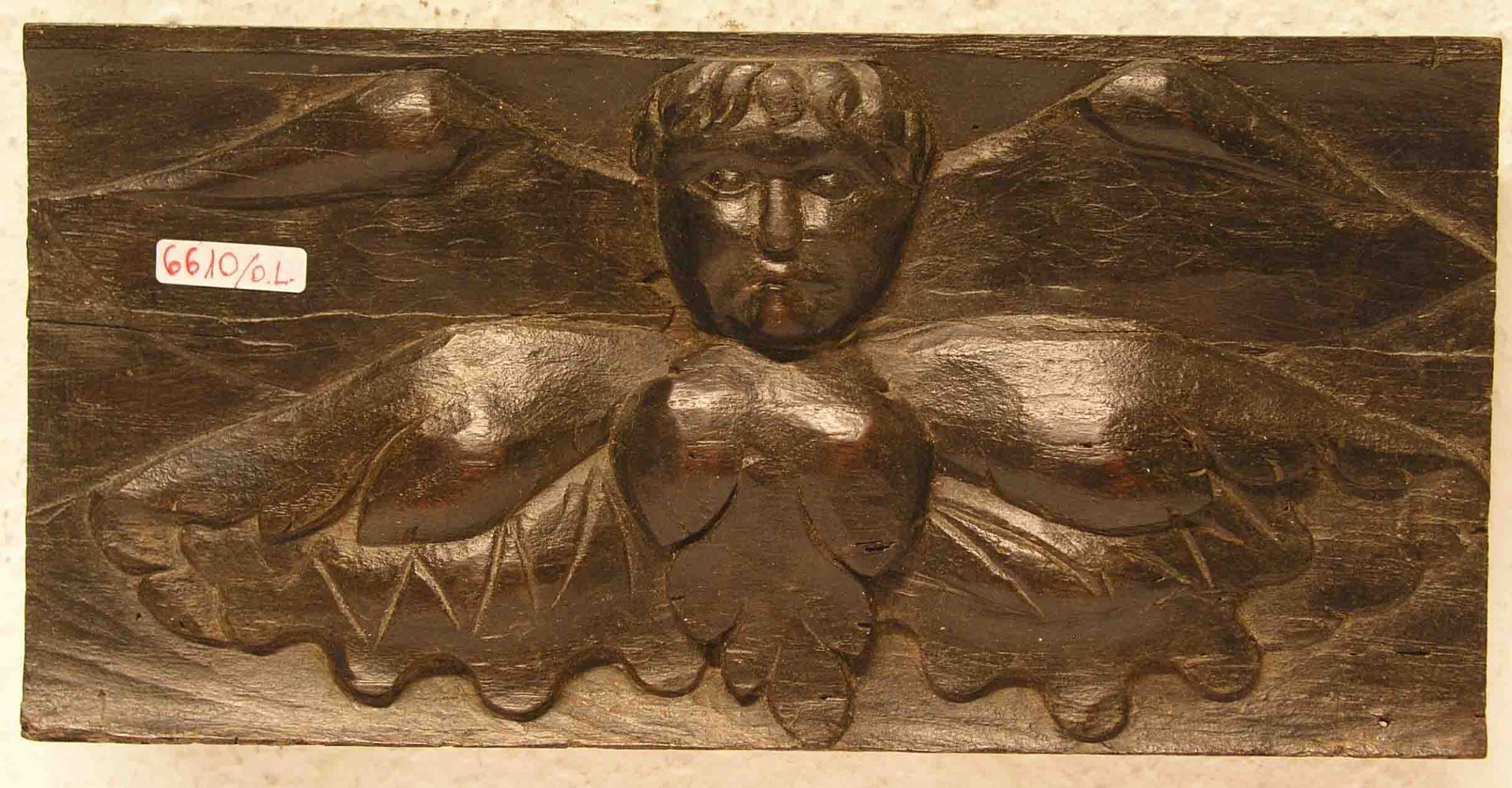 Geflügelter Engel. Reliefschnitzerei