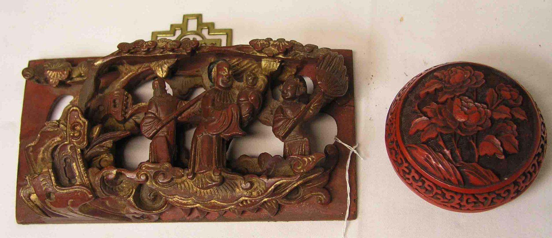 China: figürliche Holzschnitzerei, rot