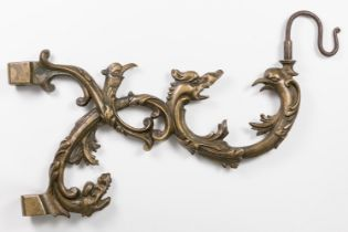 Arm with grotesques for wall lamp; Holland, XVII century. Bronze and iron. Measures: 27 x 46 cm.