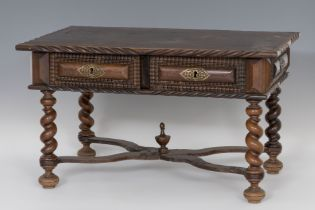 Table; Portugal, XVIII and XX centuries. Rosewood veneer. It has drawers remade in the twentieth
