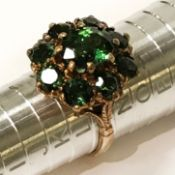 9CT GOLD RING - GREEN STONE CLUSTER RING