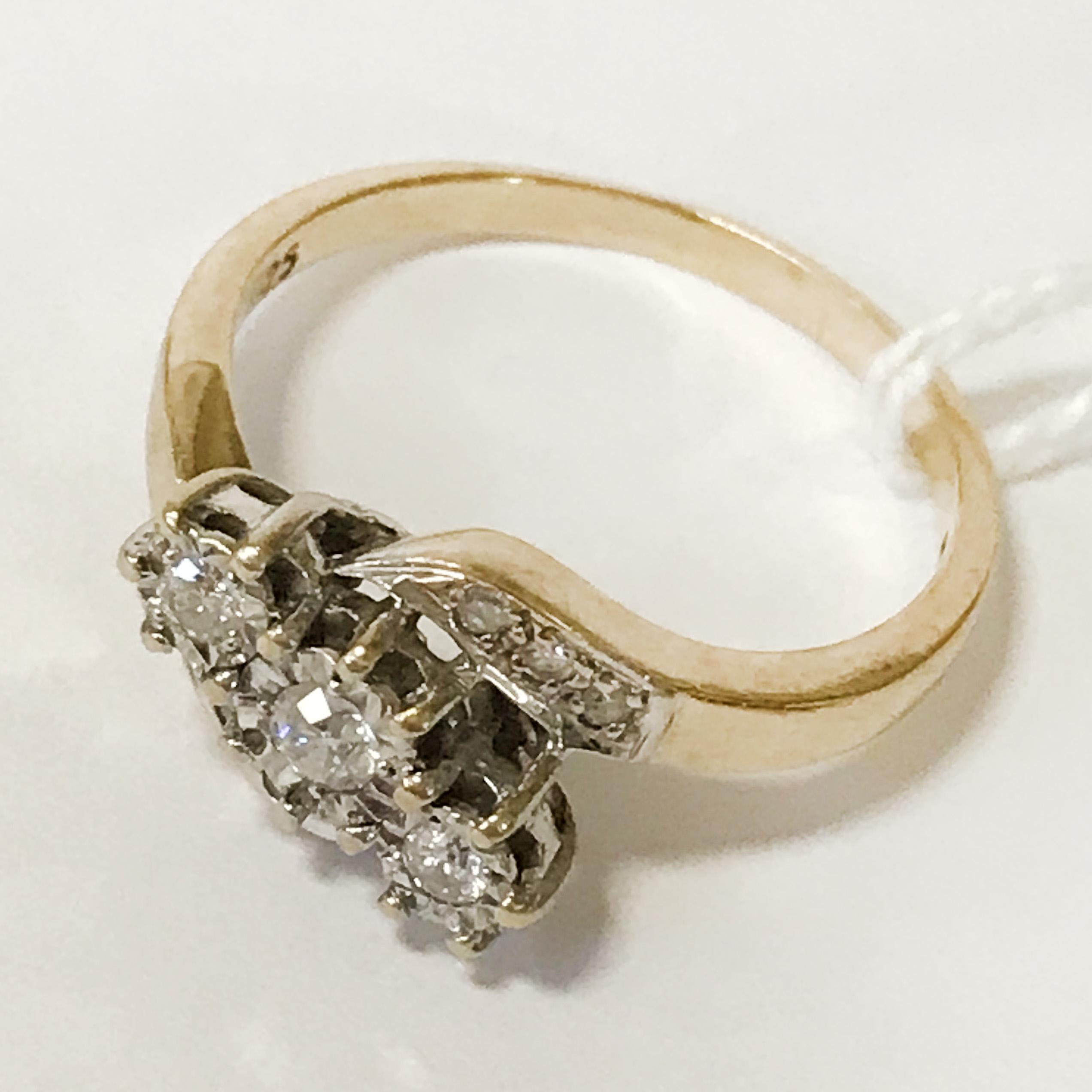 9CT YELLOW GOLD 3 STONE DIAMOND RING - SIZE R