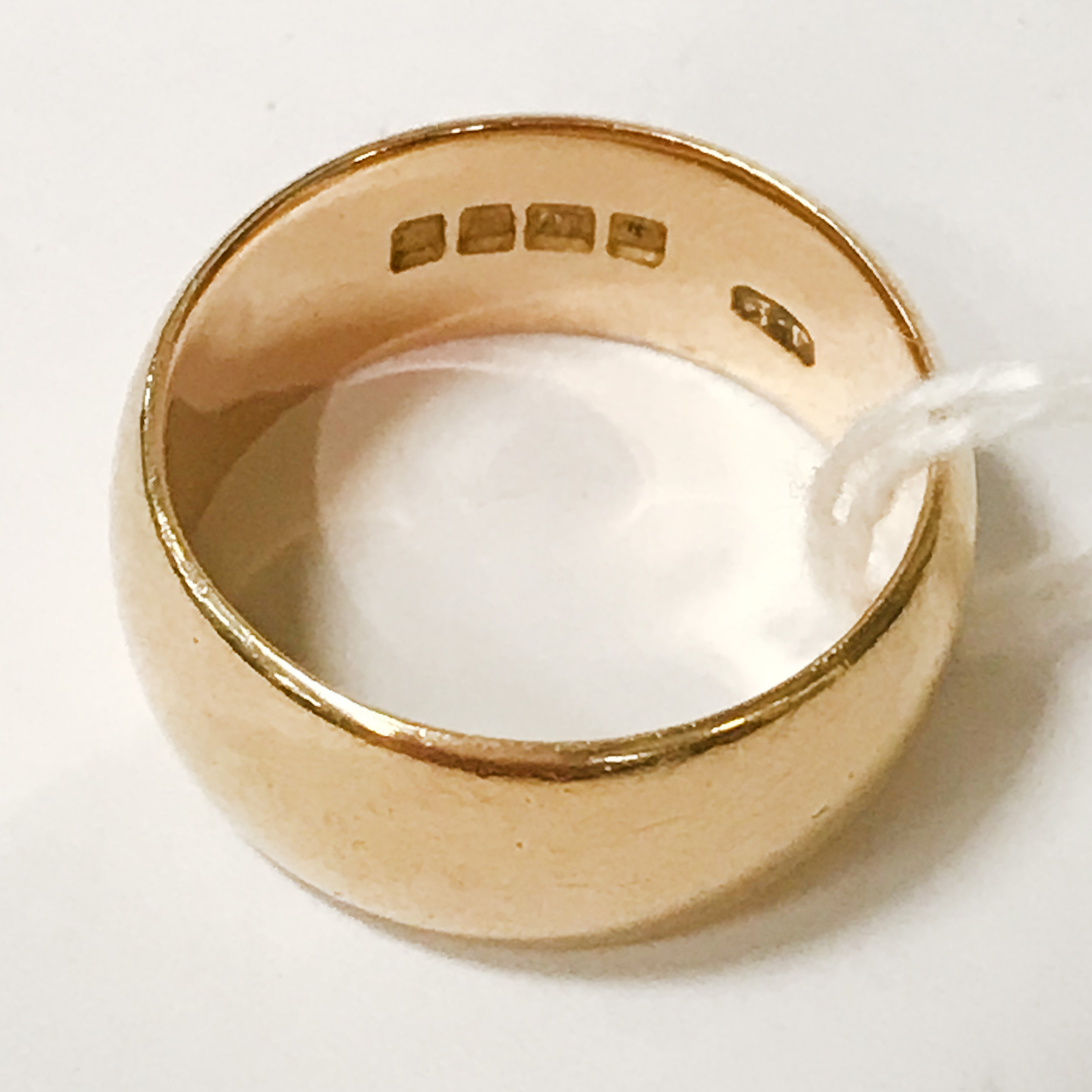 18CT GOLD BAND - SIZE O - APPROX 10 GRAMS