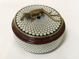 PORCELAIN ROUND BOX WITH LIZARD ON LID