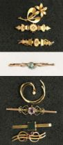 5 9CT GOLD TIE PINS WITH GEMSTONES & 2 9CT GOLD BROOCHES