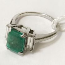 18CT WHITE GOLD 1.45CT EMERALD & DIAMOND RING - DIAMOND TOTAL APPROX 0.50CTS - SIZE I WITH FULL