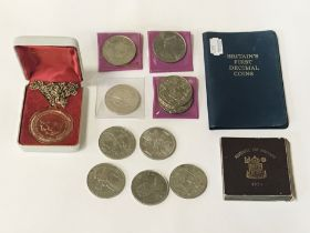 SMALL GROUP OF COMMEMORATIVE COINS & MEDALS