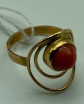 14CT GOLD & CORAL RING SIZE M/N