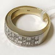 18CT GOLD HEAVY DIAMOND RING - COMPRISING 12 BAGUETTE DIAMONDS & 15 PRINCESS CUT DIAMONDS