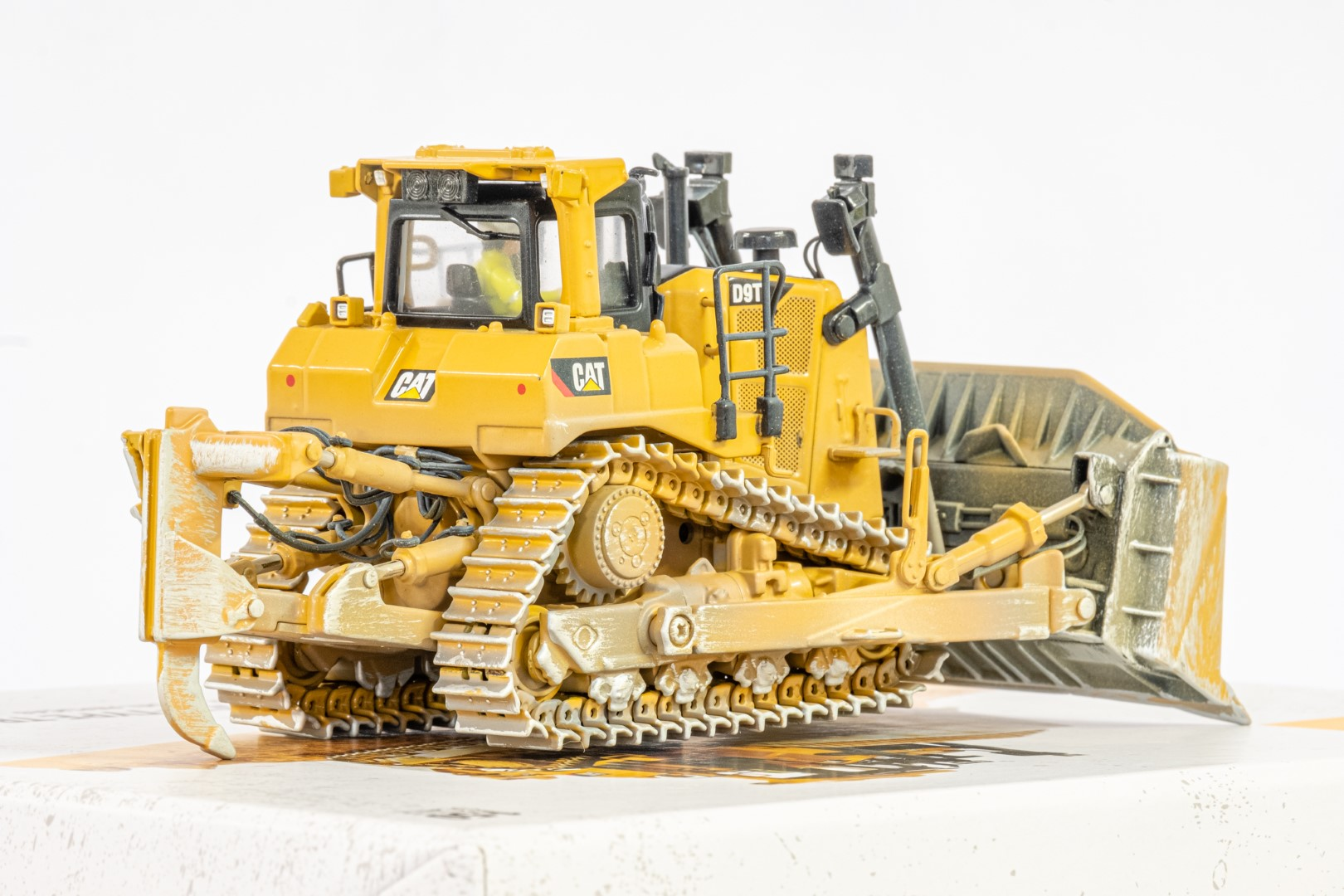 Diecast Masters CAT D9T Weathered Track Type Tractor - Mint condition - Image 4 of 4