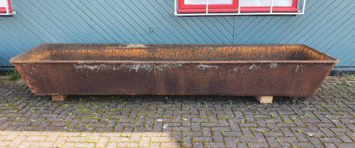 A Victorian impressive cast iron bath/tough, 370 x 97 x 50 cm. PLEASE NOTE THIS IS VERY HEAVY