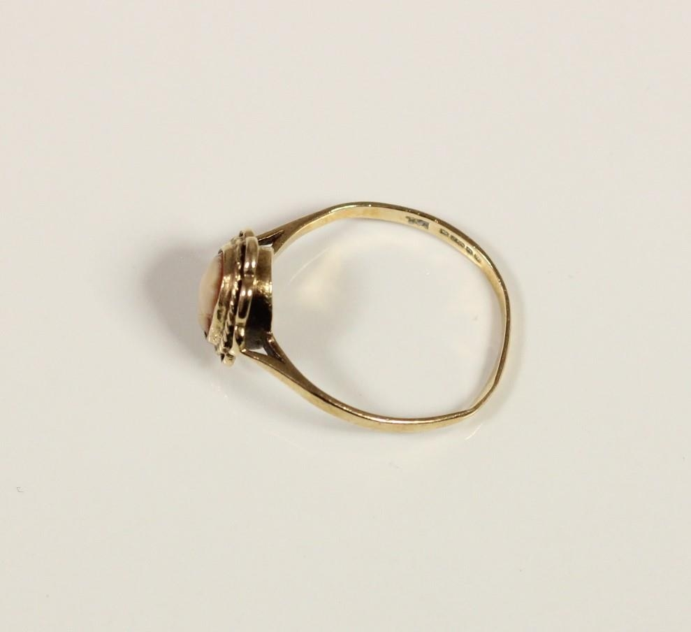A 9ct gold cameo set ring, P, and a matching pendant and earstuds, 4.4gm - Image 5 of 5