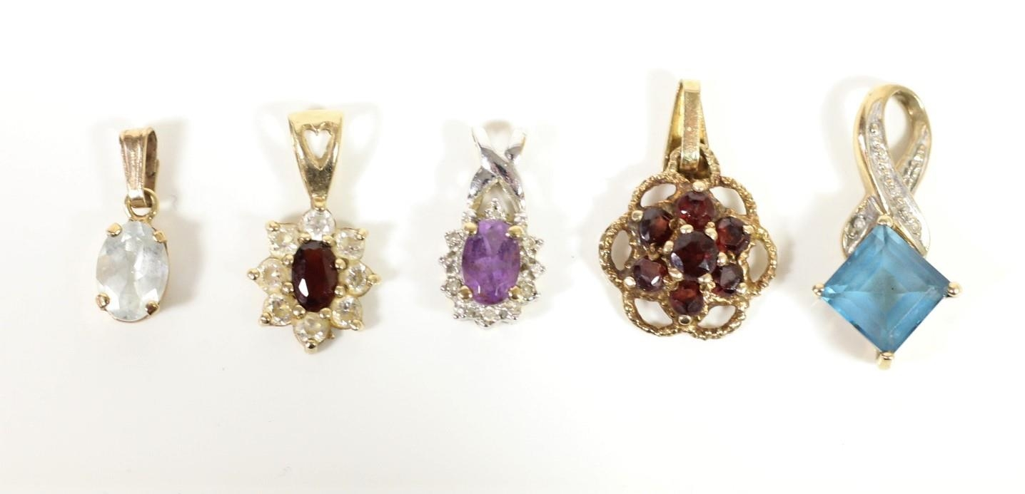 A 9ct gold garnet cluster pendant and 4 other pendants, 4.6gm