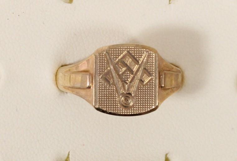 A 9ct gold Masonic ring, London 1972, T, 5gm.
