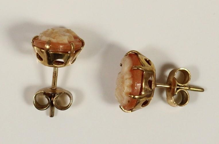 A 9ct gold cameo set ring, P, and a matching pendant and earstuds, 4.4gm - Image 3 of 5