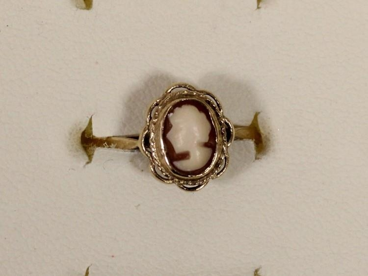 A 9ct gold cameo set ring, P, and a matching pendant and earstuds, 4.4gm - Image 4 of 5