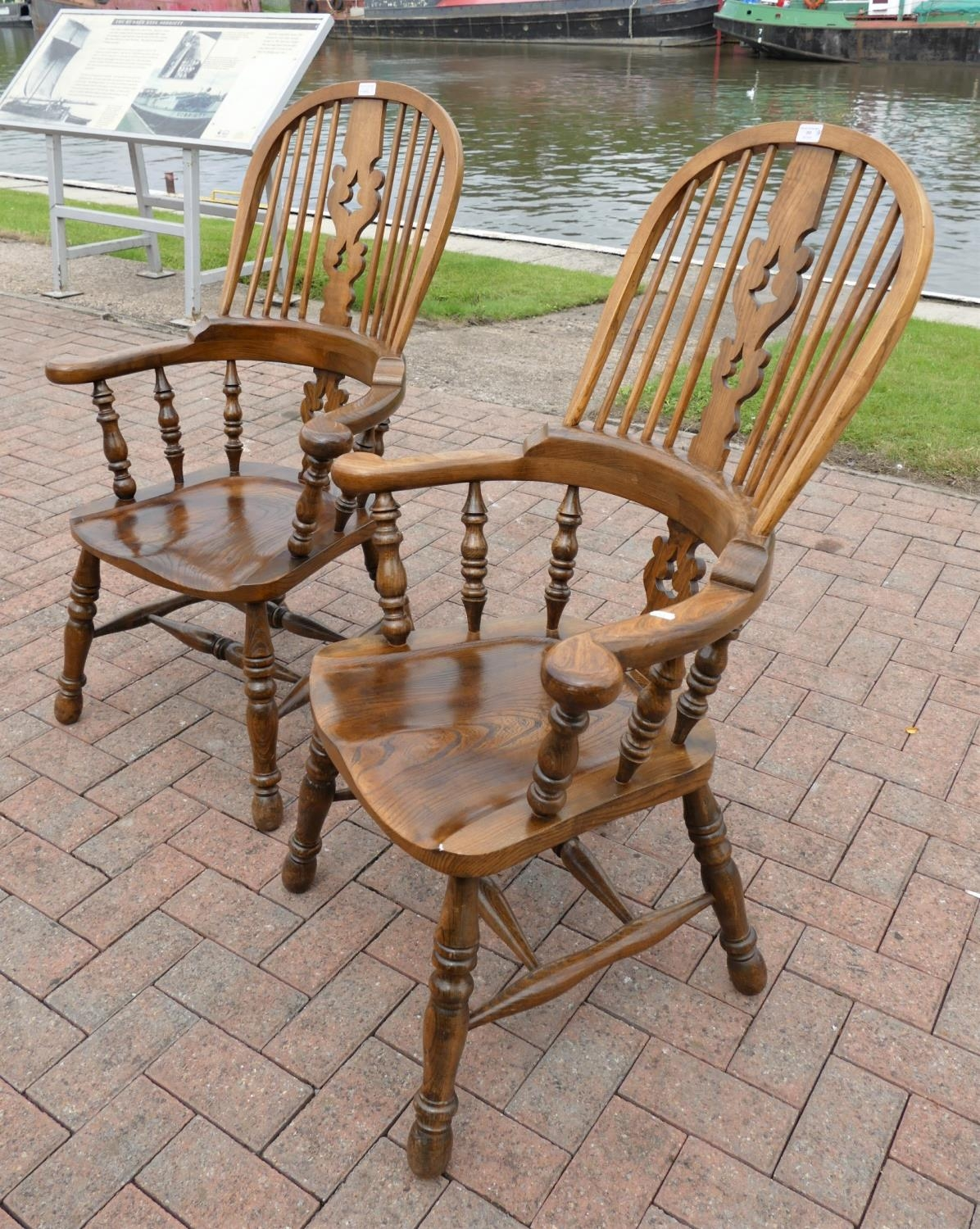 A pair of country oak farmhouse Windsor armchairs. seat height 42cm, seat depth, 42cm, - Image 2 of 3