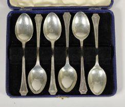 A silver set of six bead edge tea spoons, Birmingham 1933, 3.5oz, case