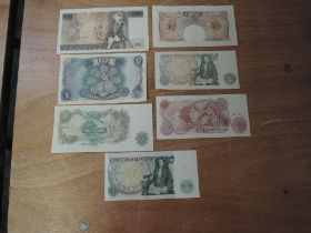 A collection of five uncirculated GB Banknotes, 1967 Fforde A71N 434809 Ten Shilling, 1967 Fforde L