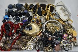 A tray of costume jewellery including cufflinks, beads, brooches etc