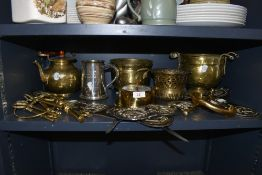 A collection of brass and similar including horse brasses, keys,planters and more.