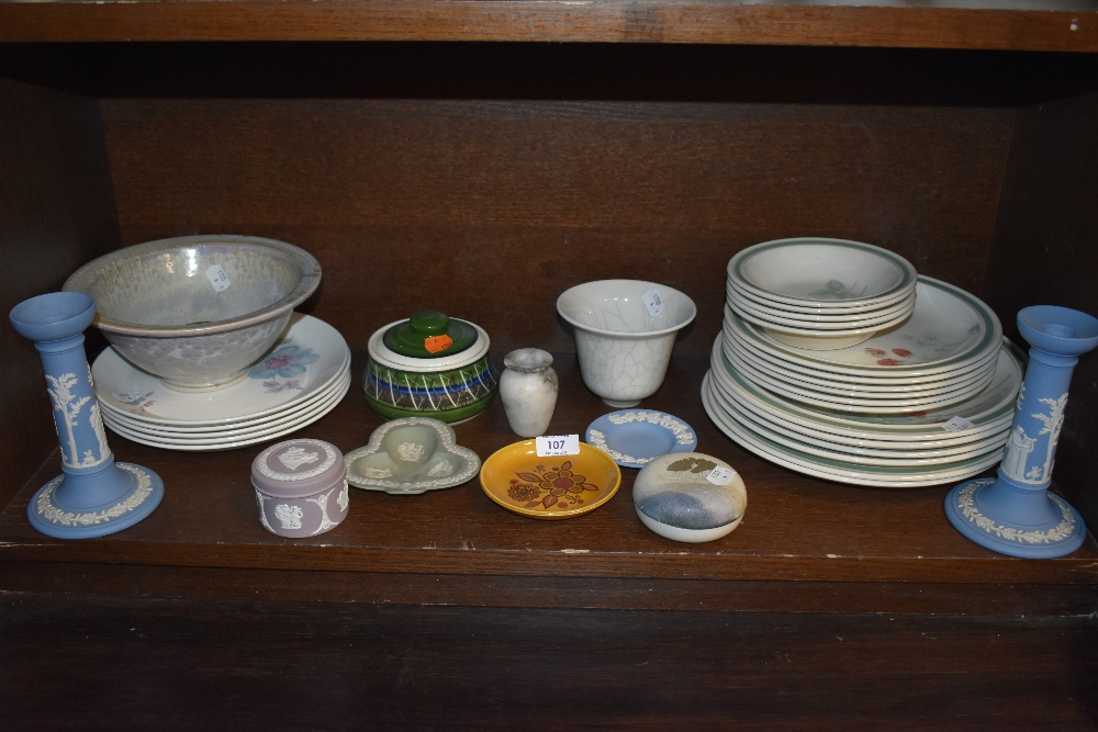 A mixed lot of ceramics including Wedgwood plates of varying size having fruit pattern,Wedgwood