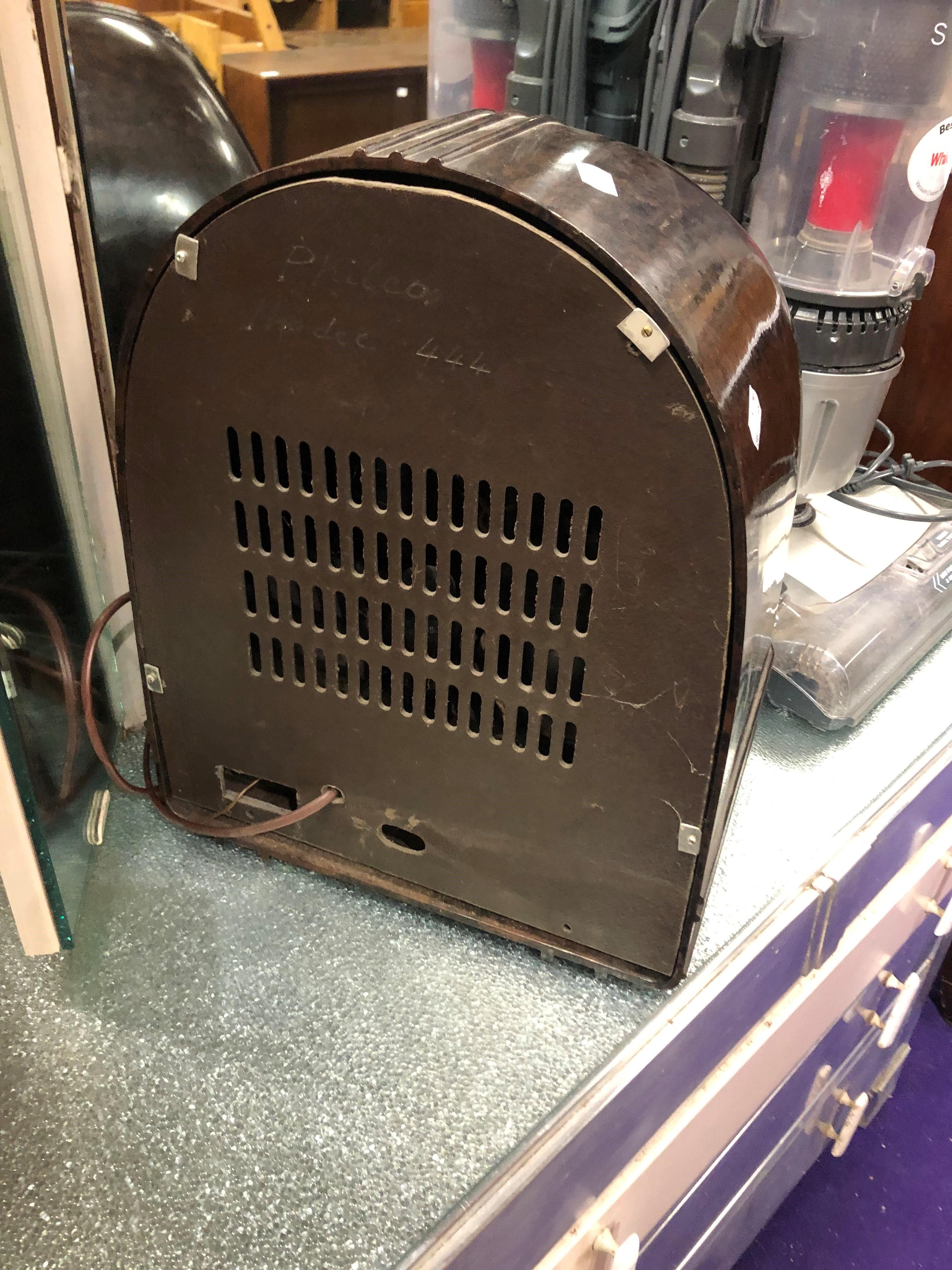 A 1930s Bakelite radio , understood to be a Philco 444 - Image 5 of 5