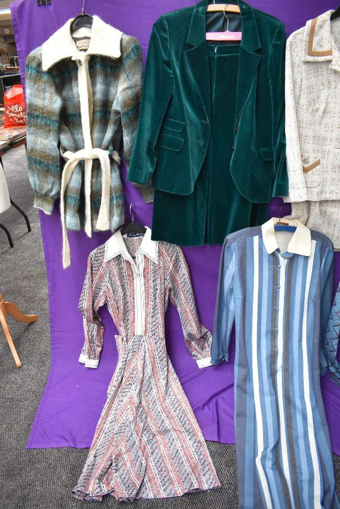 A collection of vintage and retro Ladies clothing in a mixture of colours and styles, including - Image 3 of 5