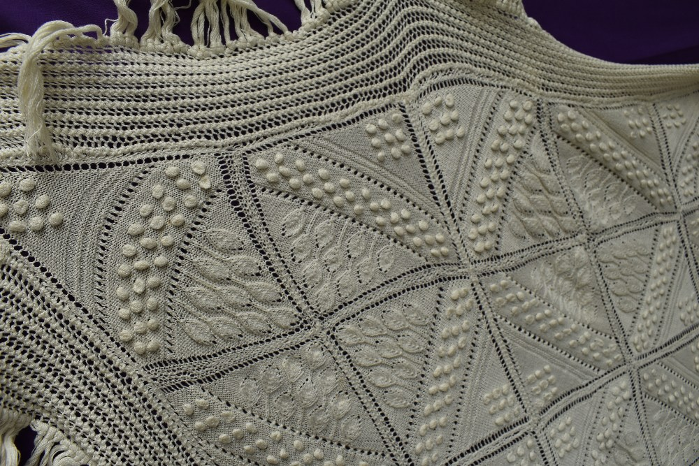 A beautiful antique throw having very finely knitted panels with leaf pattern and bobble details - Image 3 of 6