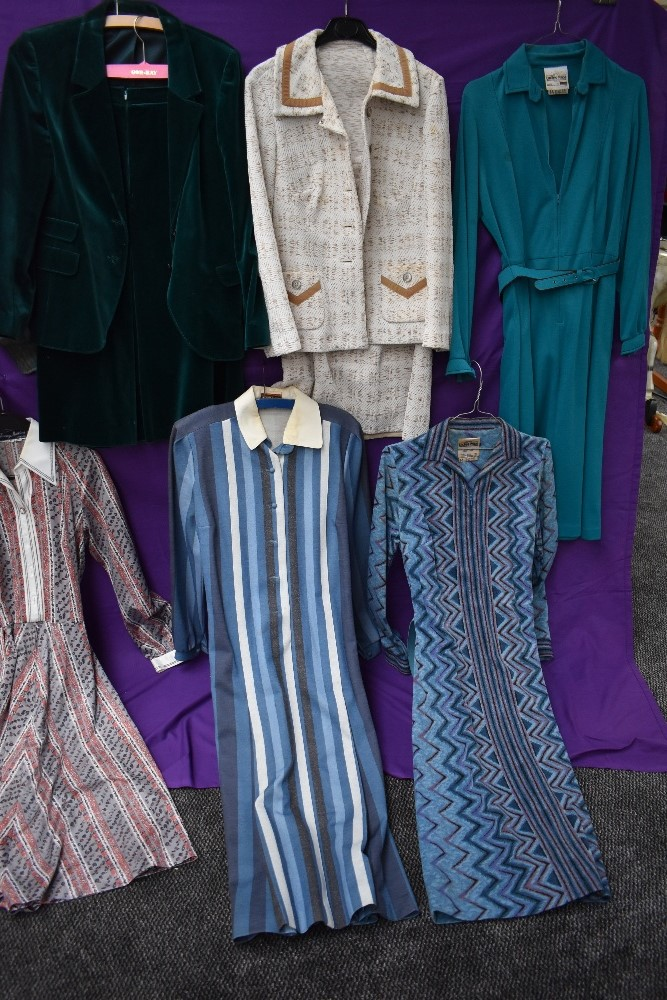 A collection of vintage and retro Ladies clothing in a mixture of colours and styles, including - Image 2 of 5