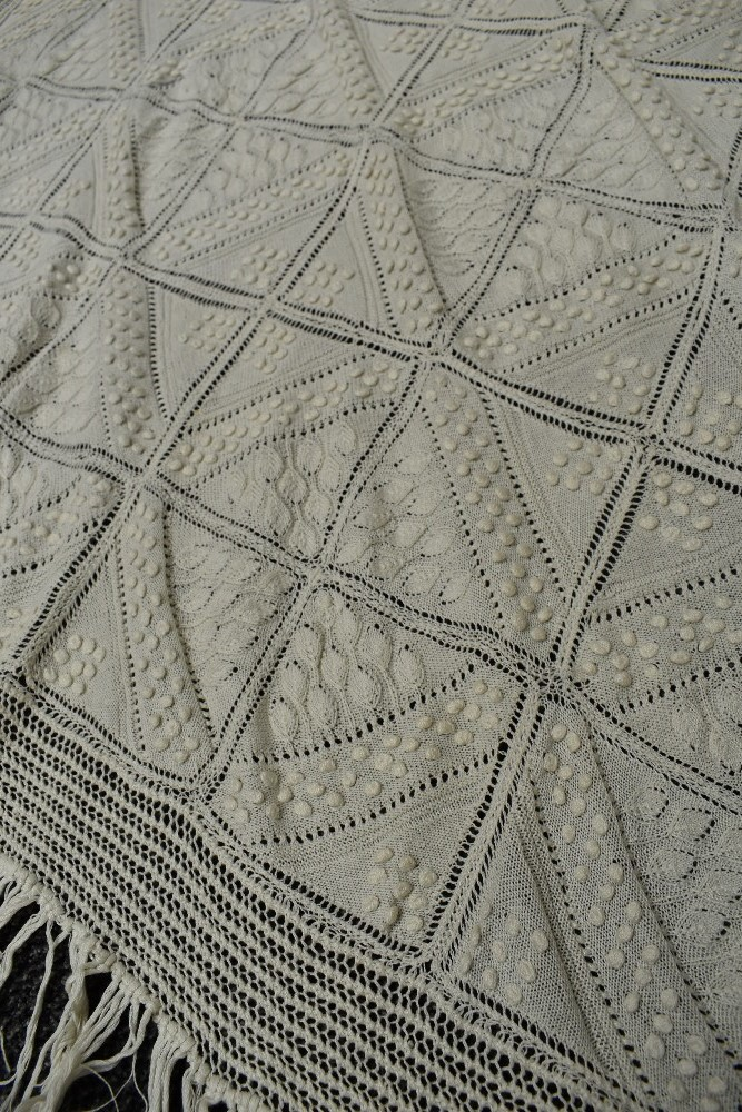 A beautiful antique throw having very finely knitted panels with leaf pattern and bobble details - Image 2 of 6