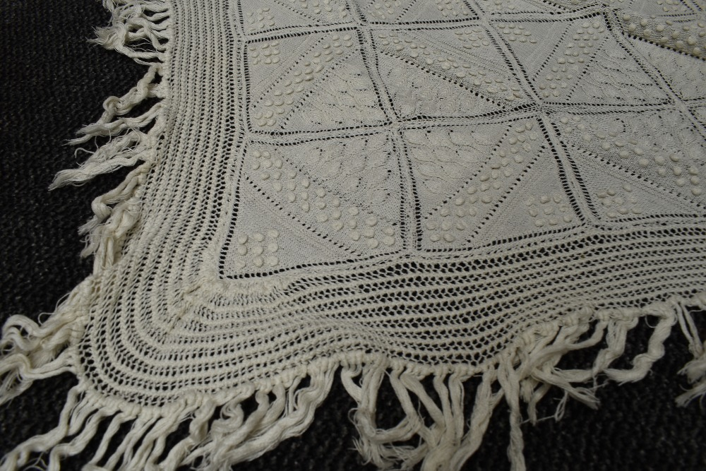 A beautiful antique throw having very finely knitted panels with leaf pattern and bobble details - Image 5 of 6