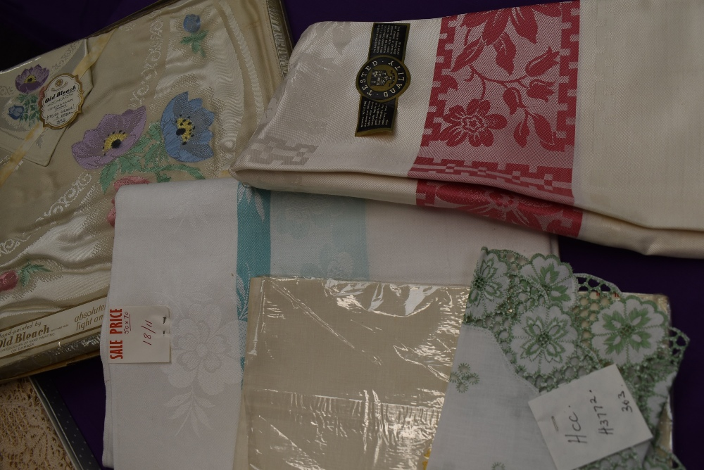 A collection of vintage table linen including Irish linen, all in boxes or with tags and packaging. - Image 4 of 7