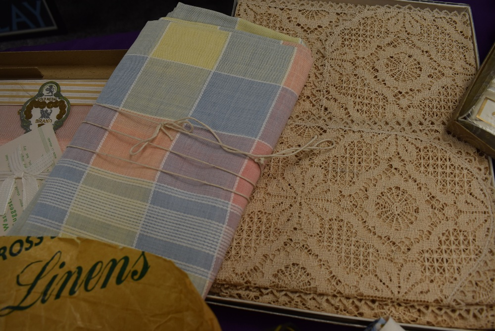 A collection of vintage table linen including Irish linen, all in boxes or with tags and packaging. - Image 6 of 7