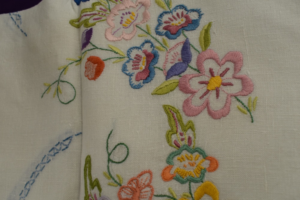 A collection of vintage and antique table linen and pillow cases, some delicately embroidered - Image 5 of 5