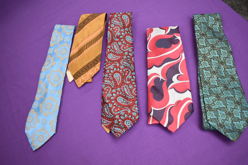A box full of vintage gents ties, various styles and eras. - Image 2 of 4
