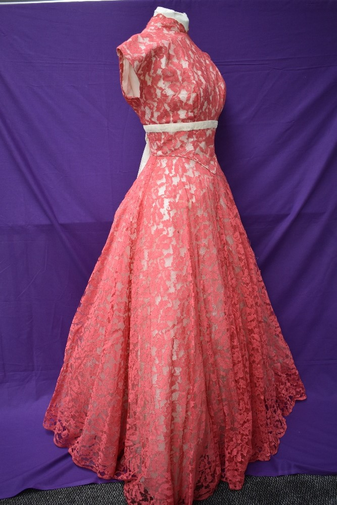 A vintage late 50s/60s pink lace dress having cream velvet band to under bust, tapered bodice into - Image 3 of 5