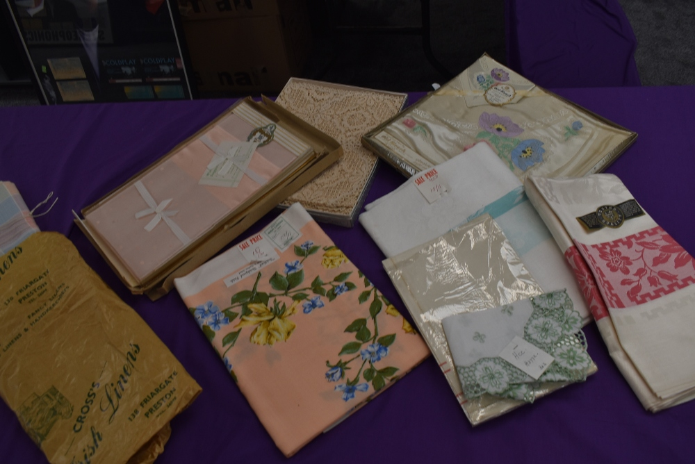 A collection of vintage table linen including Irish linen, all in boxes or with tags and packaging. - Image 2 of 7