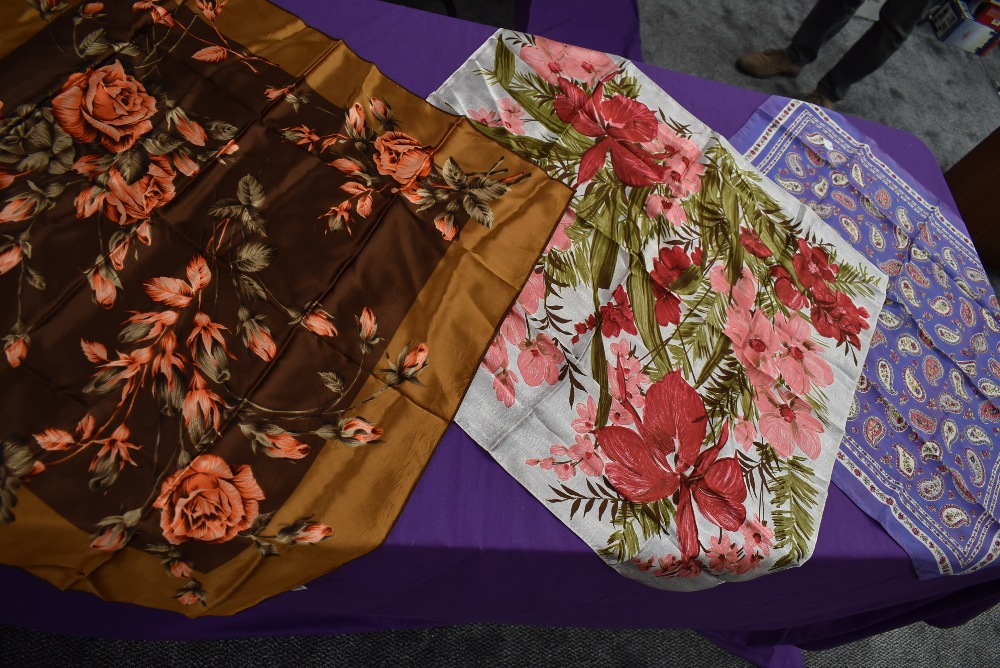 A mixture of vintage headscarves, various styles and colours,fabrics and eras. - Image 3 of 5
