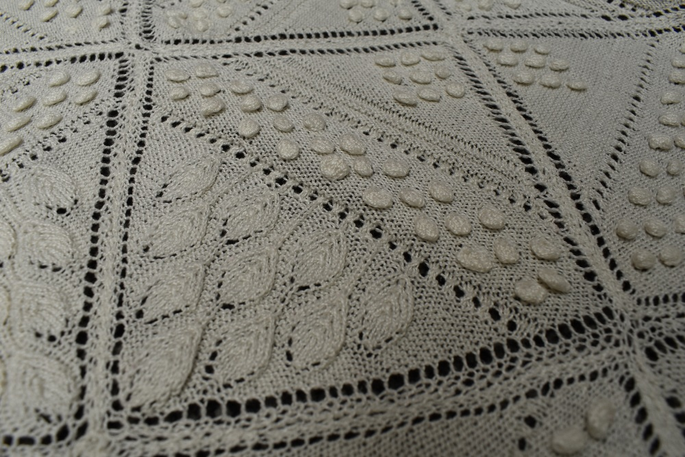 A beautiful antique throw having very finely knitted panels with leaf pattern and bobble details - Image 6 of 6