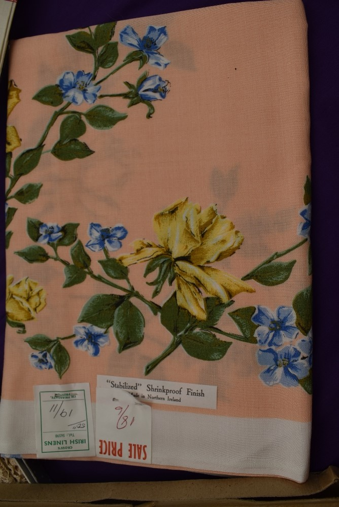 A collection of vintage table linen including Irish linen, all in boxes or with tags and packaging. - Image 3 of 7