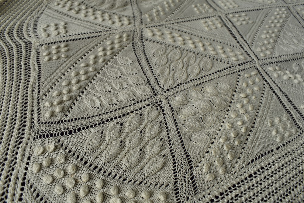 A beautiful antique throw having very finely knitted panels with leaf pattern and bobble details - Image 4 of 6