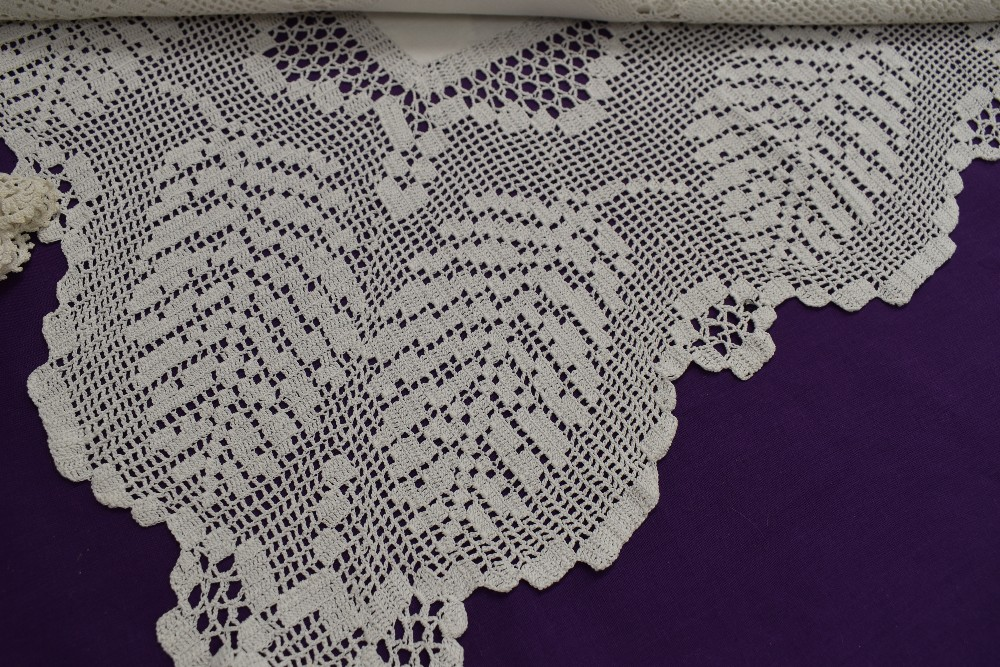 A collection of vintage and antique table linen and pillow cases, some delicately embroidered - Image 3 of 5