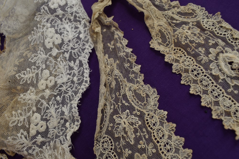 A box full of mixed vintage and antique bits and bobs,lace and tulle work, trims, thread,ribbon, - Image 10 of 11