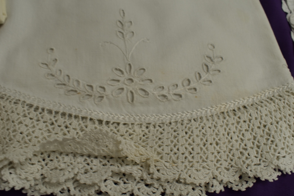 A collection of vintage and antique table linen and pillow cases, some delicately embroidered - Image 4 of 5