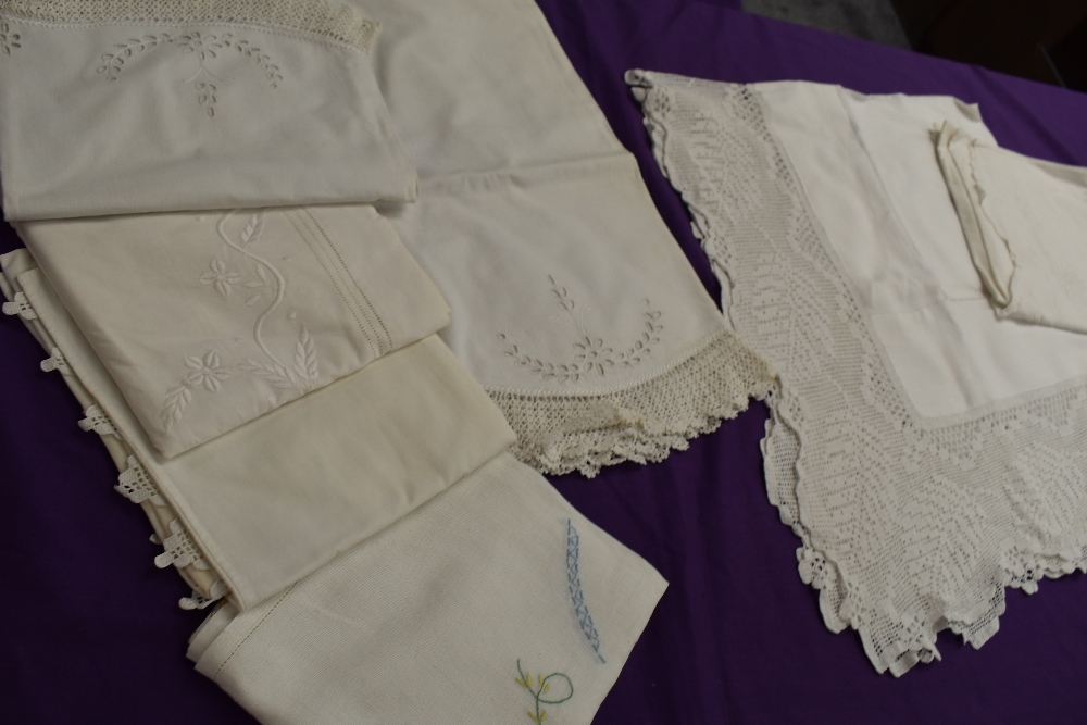 A collection of vintage and antique table linen and pillow cases, some delicately embroidered - Image 2 of 5