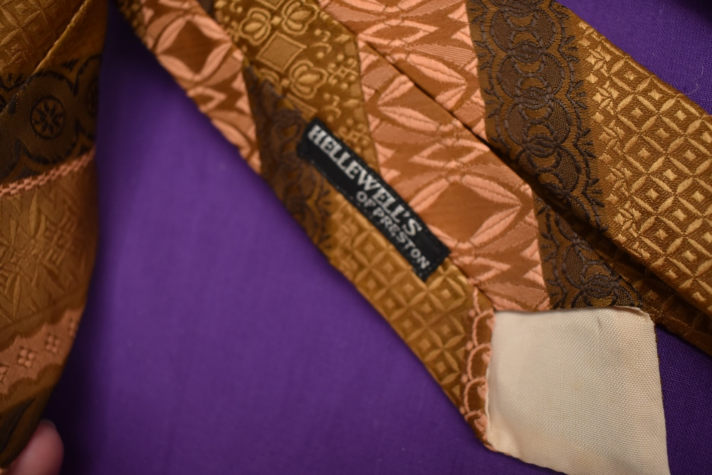 A box full of vintage gents ties, various styles and eras. - Image 4 of 4